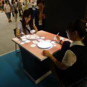 Επισκέπτες της έκθεσης εξερευνούν το διαδραστικό σύστημα iEAT