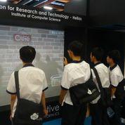 Ταϊβανέζοι μαθητές διασκεδάζουν παίζοντας με το διαδραστικό σύστημα Interactive Wall